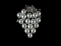 Brosa argintie - struguri din perle si cristale