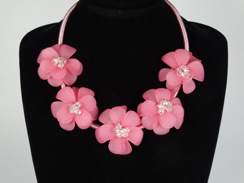 Colier flori roz si margele