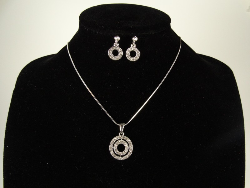 Set lantisor si cercei argintiu cerculete si cristale
