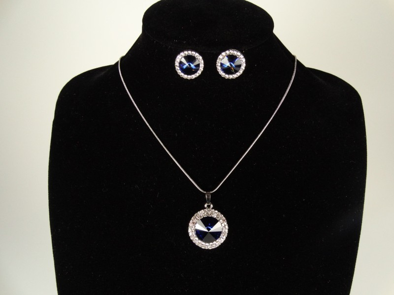 Set lantisor si cercei argintiu si cristale albastre