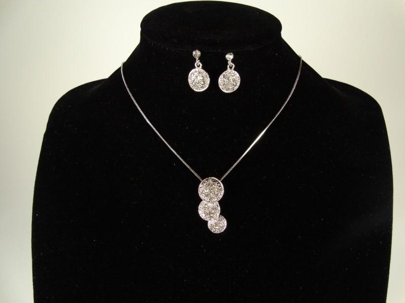 Set lantisor si cercei argintiu si cristale forma cerculete