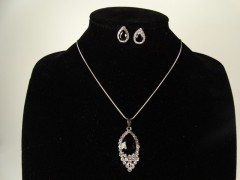 Set lantisor si cercei argintiu si cristale negre