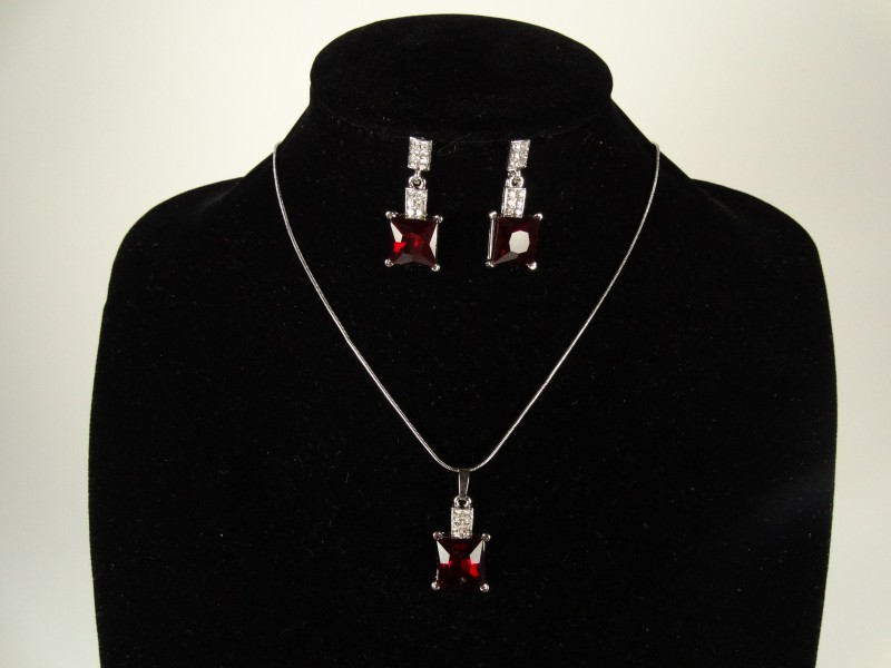 Set lantisor si cercei argintiu si cristale rosii patrate