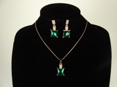 Set lantisor si cercei auriu si cristale verzi patrate